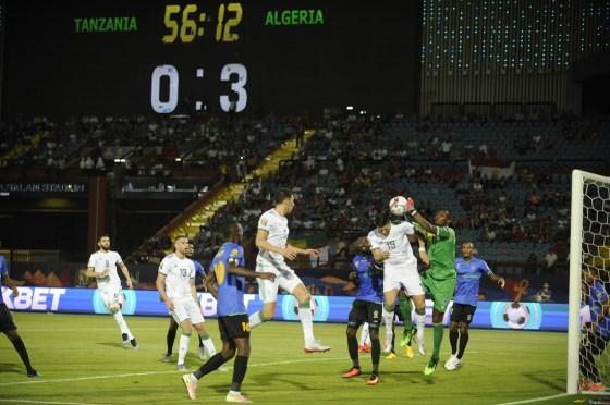 Algérie étrille la Tanzanie et caracole en tête