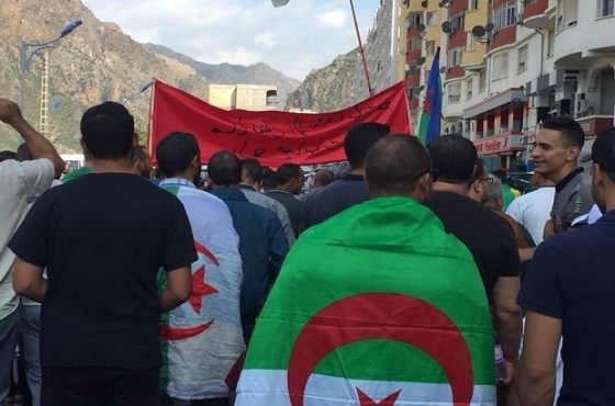 Kherrata marche en solidarité avec les détenus du Hirak