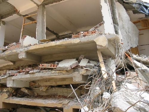Démolition de vieux bâtiments à Ain El Hammams