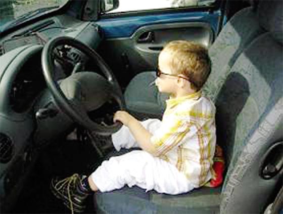 La DGSN: Enfant moins de 10 ans interdit de le laisser seul dans la voiture
