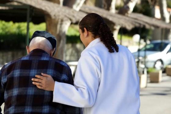 Une aide financière aux descendants en charge des personnes âgées