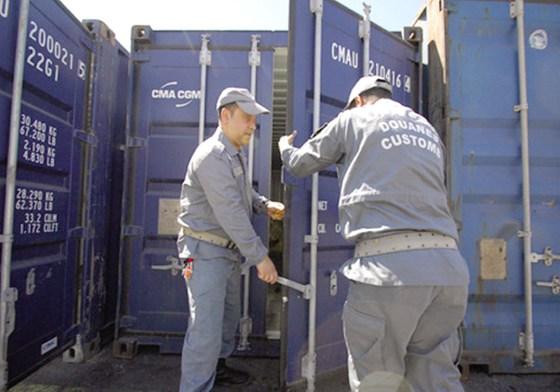 Des vêtements tachés de sang importés : Les containers de la honte
