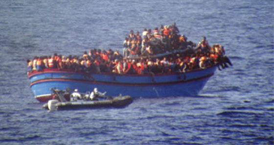 Un chalutier chavire avec 700 migrants à bord selon le HCR
