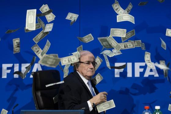 Un homme jette de faux billets sur Sepp Blatter en conférence de presse