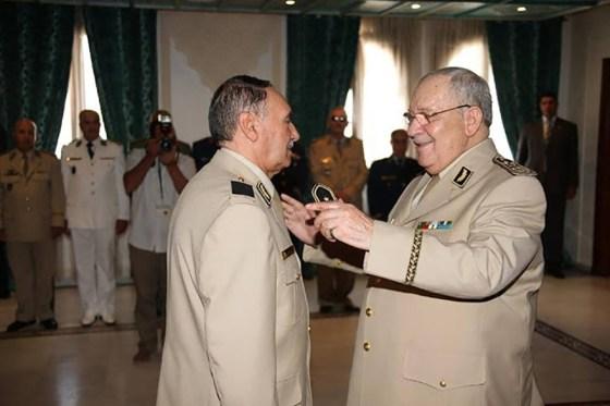 Gaïd Salah installe le nouveau commandant de la Garde républicaine