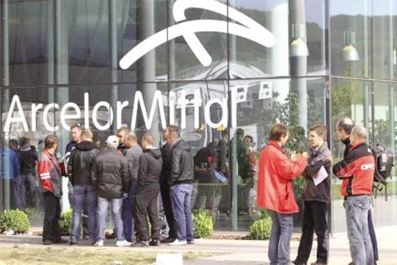 ArcelorMittal: des grévistes bloquent les chargements