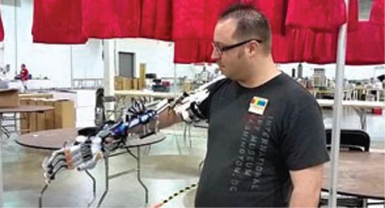 Il fabrique un bras robotisé fonctionnel en LEGO