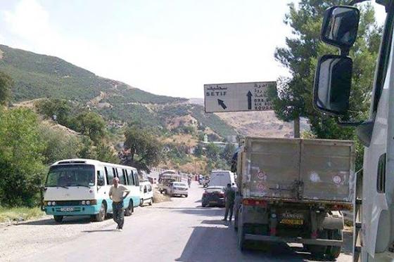 Kherrata (Béjaïa) : De jeunes chômeurs coupent la RN 09