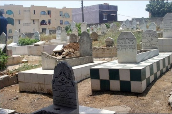 Annaba: trafic aux portes des cimetières