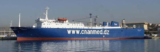 Les bateaux au port d'Alger actionnent les sirènes