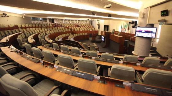 Rentrée des parlementaires:  La copie de la Constitution sur le pupitre