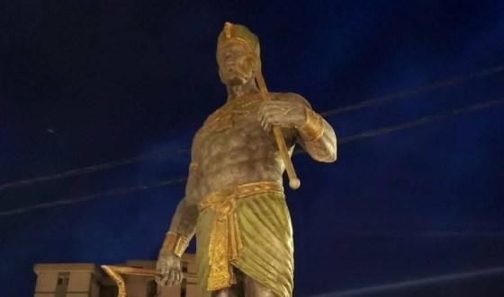 Une statue à l'effigie du roi Chachnak à Tizi Ouzou