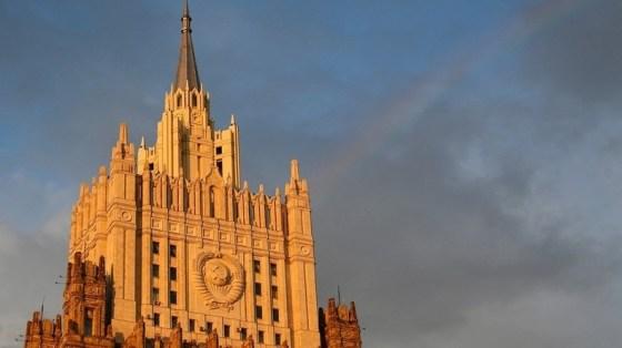 Moscou promet de réagir à l'expulsion de 18 diplomates par Prague