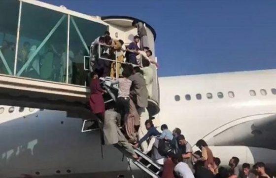 Afghanistan : des civils qui s'étaient accrochés à un avion pour fuir tombent en plein vol
