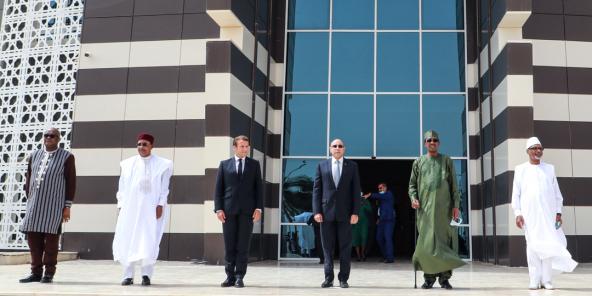 Roch Marc Christian Kaboré, Mahamadou Issoufou, Emmanuel Macron, Mohamed Ould Ghazouani, Idriss Déby Itno et Ibrahim Boubacar Keita au sommet de Nouakchott, le 30 juin 2020.
