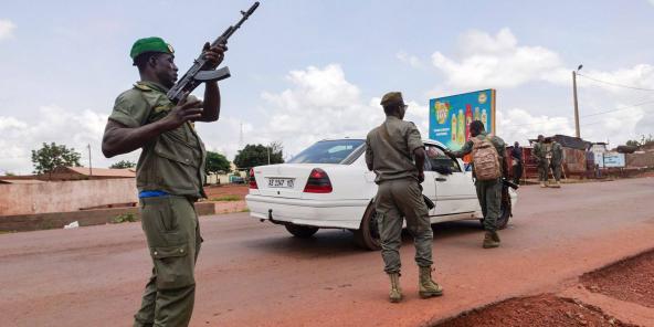 Des soldats bloquent les accès à Kati, à 15 km de Bamako, quelques heures après qu'y a éclaté une mutinerie, le 18 août 2020.