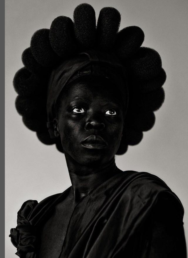 «Somnyama ngonyama», de Zanele Muholi, est publié par les éditions Delpire and Co (212 pages, 72 euros).