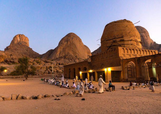 La mosquée Khatmiya, important centre de la confrérie soufie du même nom, et le tombeau de Hassan al-Mirghani, au pied des monts Taka, au Soudan.