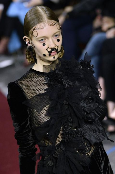 bijoux visage defile Givenchy