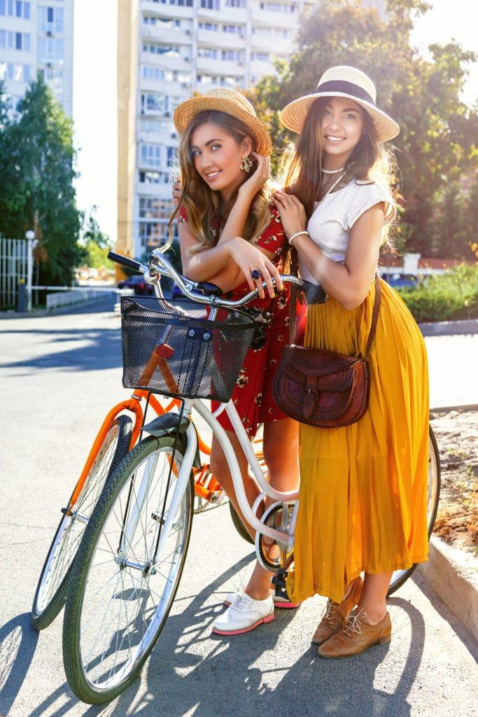 deux filles en vélo en ville