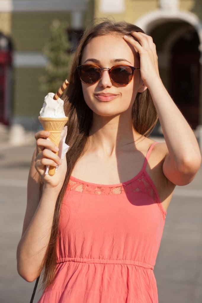 Femme été avec lunette et glace