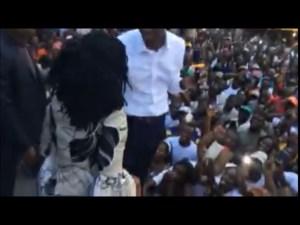 Vidéo : Cabral Libii présente sa première dame à la foule et fait le bisou