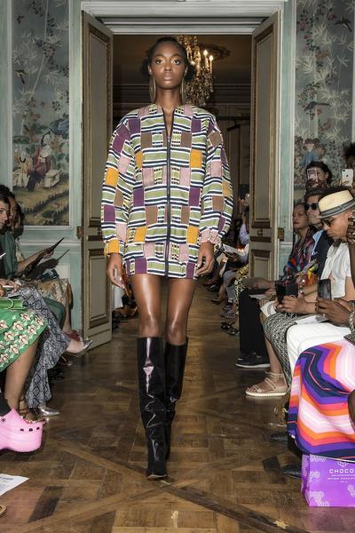 title Imane Ayissi, premier styliste d'Afrique subsaharienne à prendre part aux défilés Haute Couture de Paris