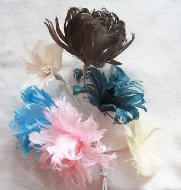 Create all these beautiful feather flowers for your wedding bouquet with the Feather Flowers B tutorial