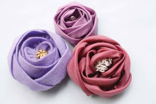 Make super easy fabric flowers with the Sinta Rose Tutorial
