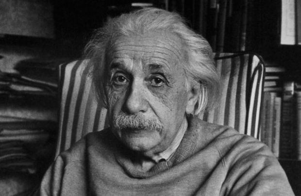 Альберт Эйнштейн в своем доме в Принстоне (Нью-Джерси) в 1949 году