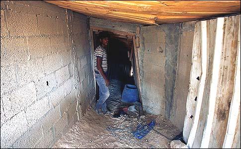 Un contrabandista palestino en un túnel bajo la frontera entre Egipto y Gaza en Rafah.
