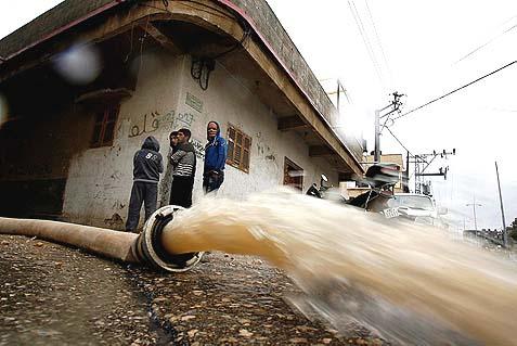 Los palestinos se niegan a construir plantas de tratamiento de agua y aguas residuales fluye fuera de las ciudades y pueblos palestinos directamente en los arroyos locales, contaminando así los entornos y el acuífero y causando la propagación de la enfermedad.