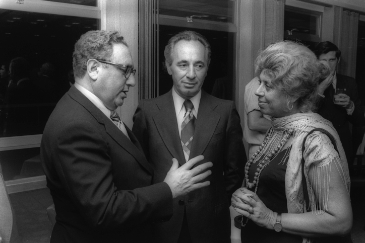 Shimon Peres (Mitte) mit dem damaligen US-Außenminister Henry Kissinger und MK Shulamit Aloni während eines Empfangs in der Knesset in Jerusalem, 21. August 1975.