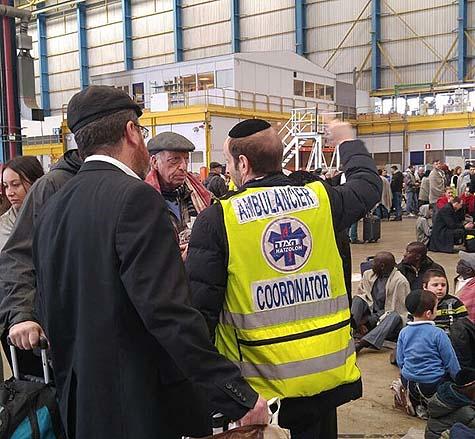 Hatzaloh's Samuel Markowitz with Jewish travelers in Brussels airport. / Photo credit: Joods Actueel
