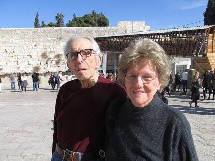 Victor et Nelda Rousso visiter le Mur occidental sur leur 65e anniversaire de mariage.