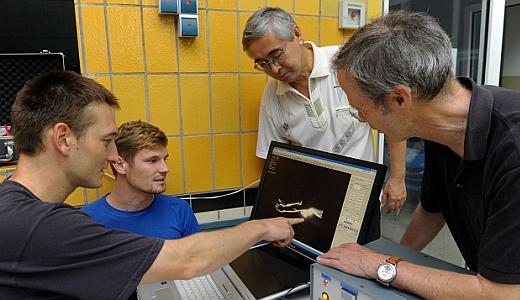 JEZT - Bewegungsforscher sehen sich am Computer an wie Wasser Schwimmer umstroemt - Foto © Jürgen Scheere - FSU Jena