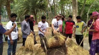 Photo of অসহায় কৃষকের পাকা ধান কেটে ঘরে তুলে দিল ঝিনাইদহ ছাত্রলীগ