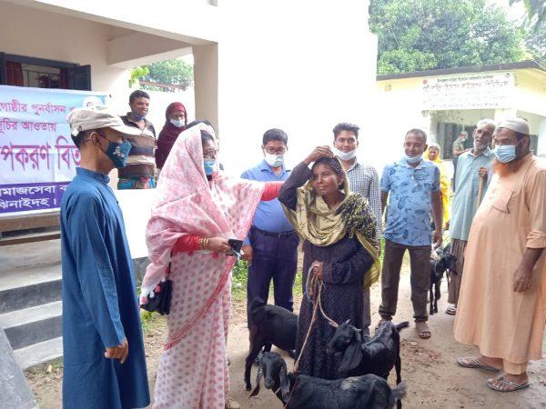 ঝিনাইদহ কোটচাঁদপুরে ভিক্ষুকদের পাশে সমাজসেবা
