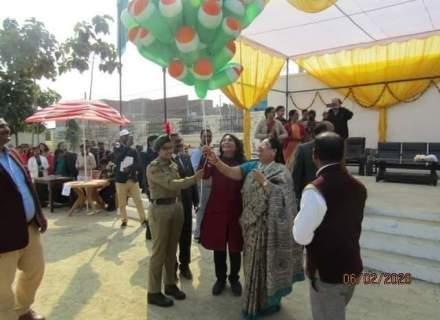 Balloon flying by Chief guest Smt Naina Jhunjhunwala and Meenakshi modi mam