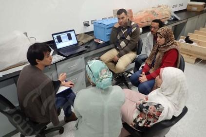 松島専門家とX線撮影チームのミーティングの様子