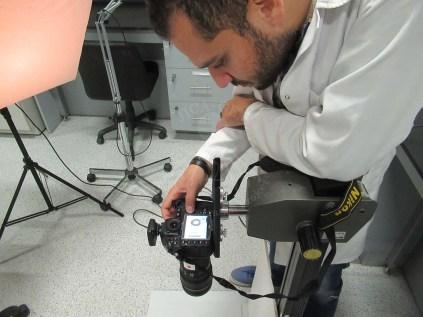 染織品遺物を撮影するイスラム氏