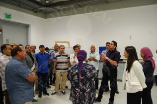 د/ حسين يشرح للحضور تاريخ وأعمال الترميم بداخل المعامل