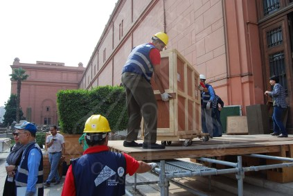 استعداد فريق النقل اوضع الصناديق في شاحنات النقل