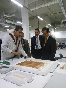 السيد توميِوشي نائب الرئيس يتلقى شرح حول مجموعة توت عنخ آمون
