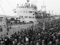 在日朝鮮人らの盛大な見送りの中、紙テープを引き船出する北朝鮮帰国者たち=1971年5月、新潟市の新潟港