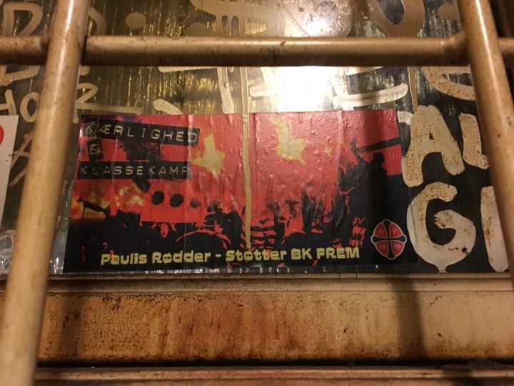 Paulis Rødder klistermærke på Sorte Rene