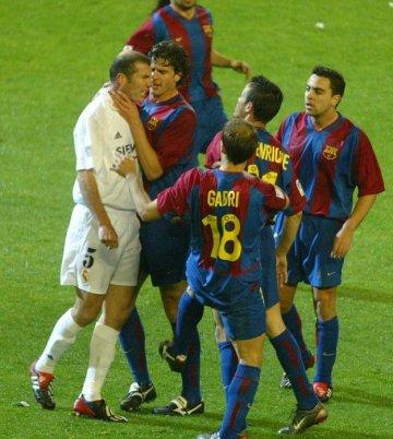 Hidsig stemning i El Clasíco. Zidane ser gal ud og Motta har godt fat i ham.