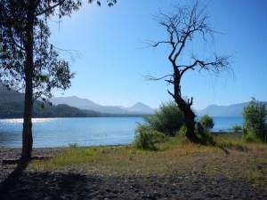Jezero Calafquén u Licanray a Caňaripe v Chile.