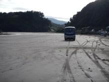 Autobus na pláži u Cucao na Chiloé.