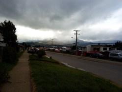 Hory v mracích při dešti v patagonském Coyhaique.